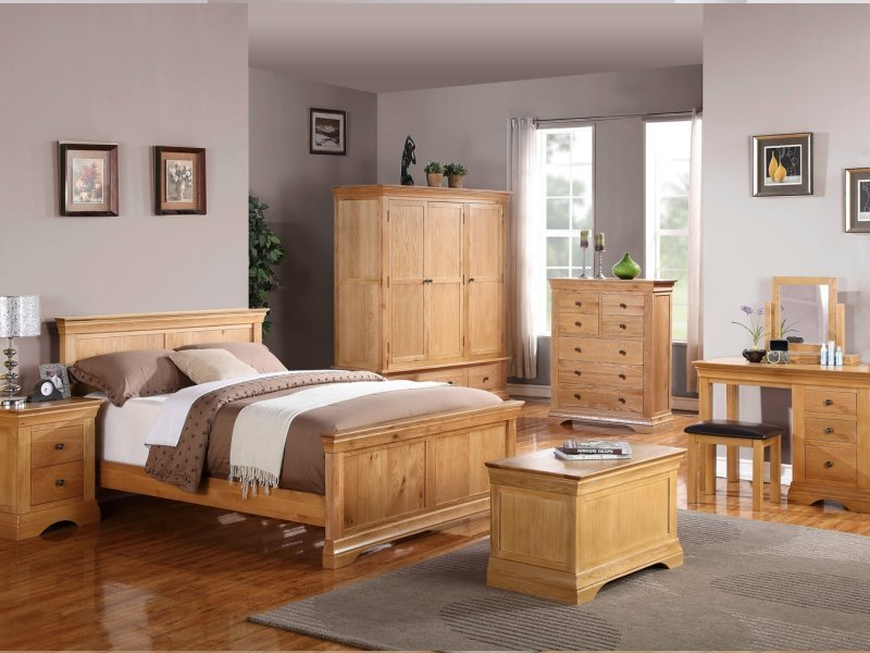 classic oak bedroom furniture emphasising versitility of oak